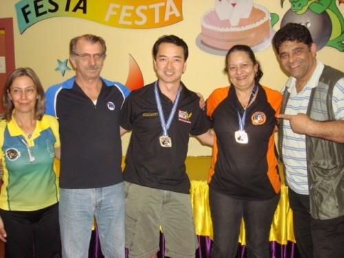 (e-d) Suzana Donario (CBBOL), Geraldo Couto (E.C.Pinheiros), Cláudio Goto (Campeão), Marina Suartz (Campeã), Bira Teodoro (Organizador)