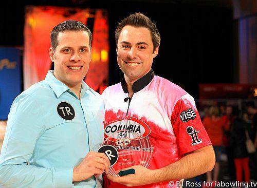 Scott (à direita) com o marido Craig, posando com o Troféu PBA