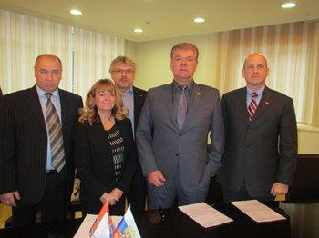 (Na foto, da esquerda para à direita, Nikolay Babyuk, Anne-Marie Board, Alexei Shiryaev, Viktor Ushkac e Ron Wood)