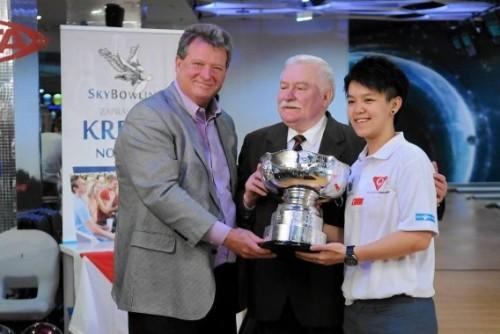 John Walker com Lech Walesa, ex-presidente da Polônia e Prêmio Nobel da Paz 1983, homenageando Shayna Ng, campeã da 48th Bowling World Cup
