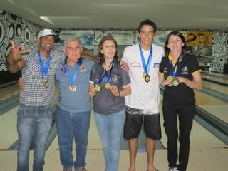 Os campeões do 4º Open de Boliche (da esquerda para direita) Cezinha, Nei, Lira, Rodrigo e Marlene – Divulgação/FBOLMS